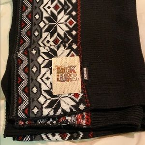 NWT Mukluks scarf with pockets!